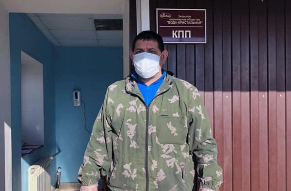 Человек в защитной маске