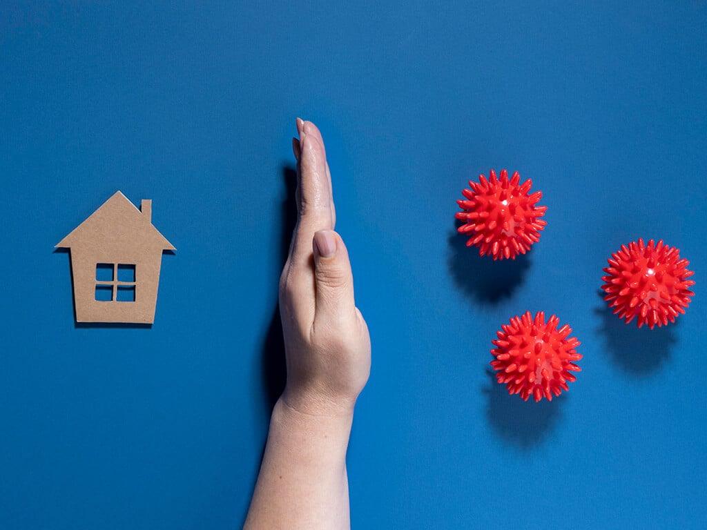 Рука защищает дом от вирусов