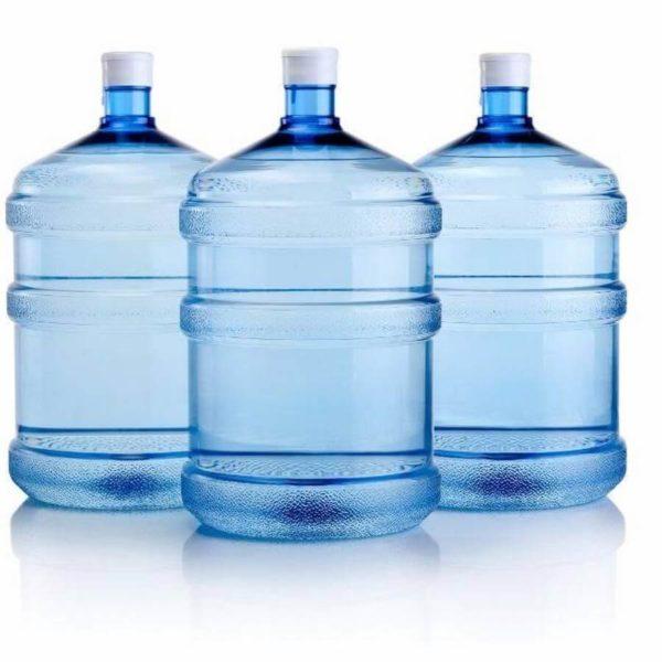 Три бутыли с водой