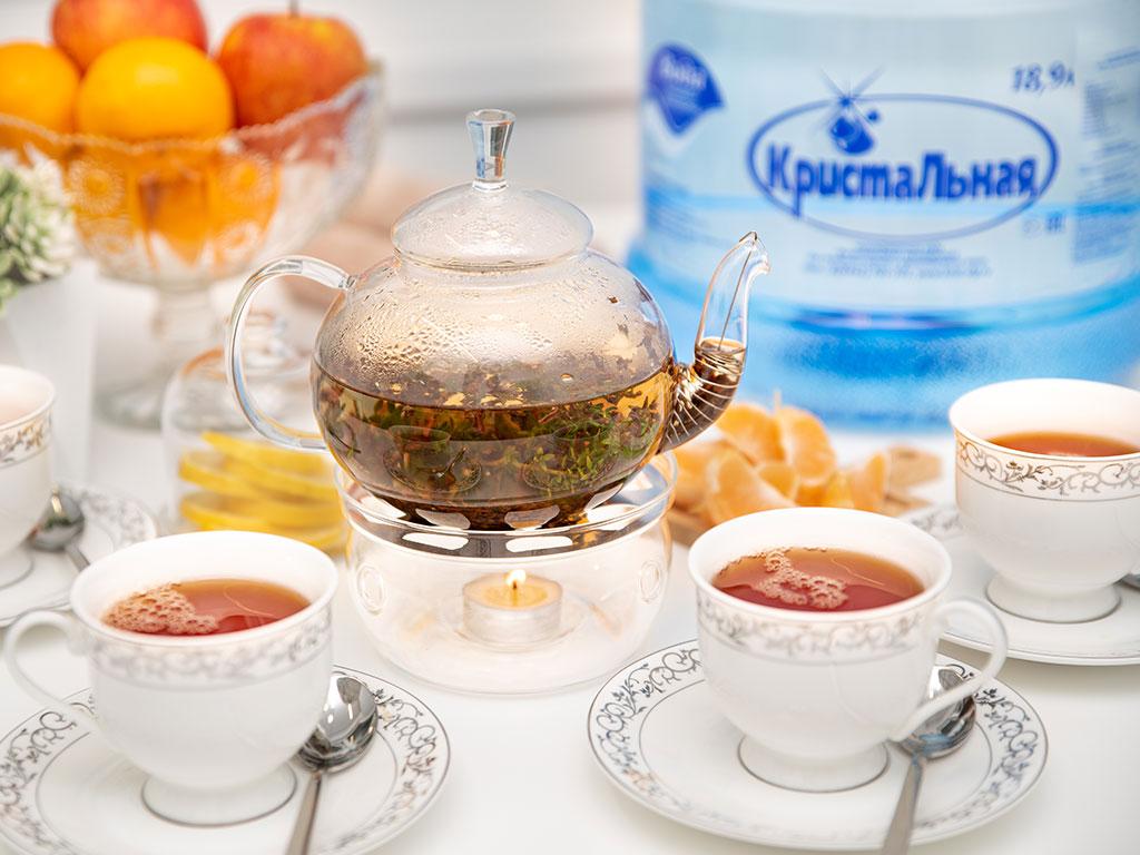 Заварной чайник и чашки на столе