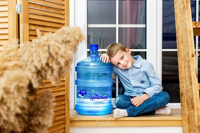 Мальчик рядом с бутылкой воды