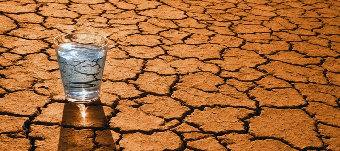 Стакан воды на земле