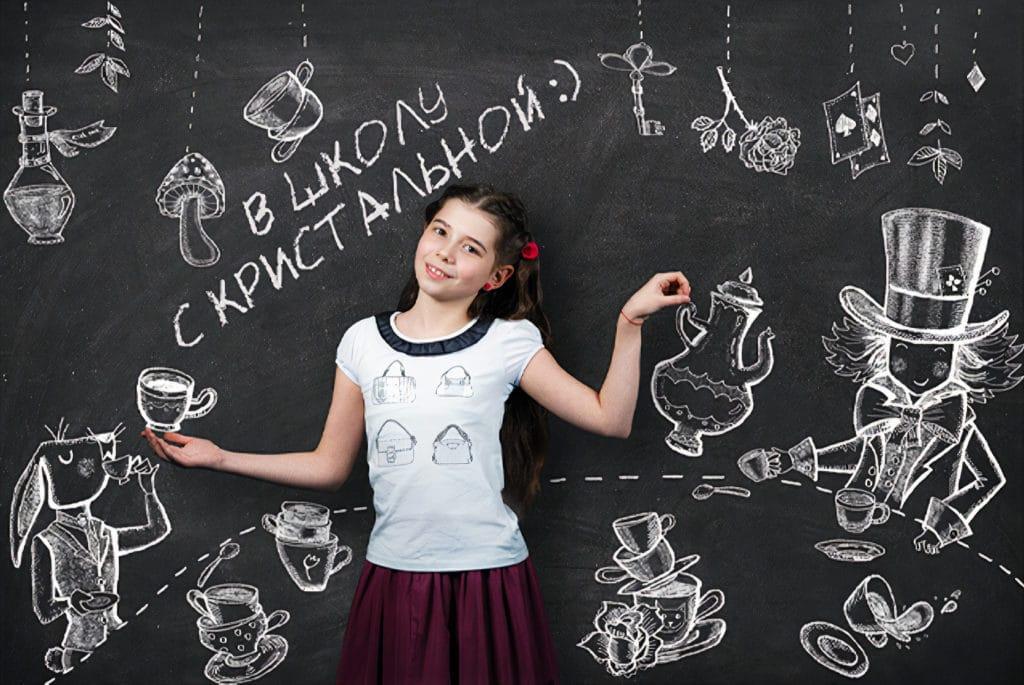 Девочка возле школьной доски